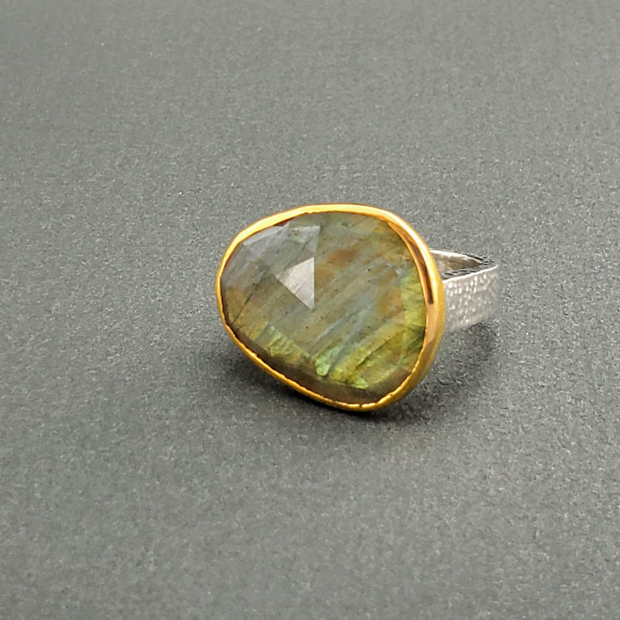 CHROMATIC GREEN LABRADORITE GOLD RING