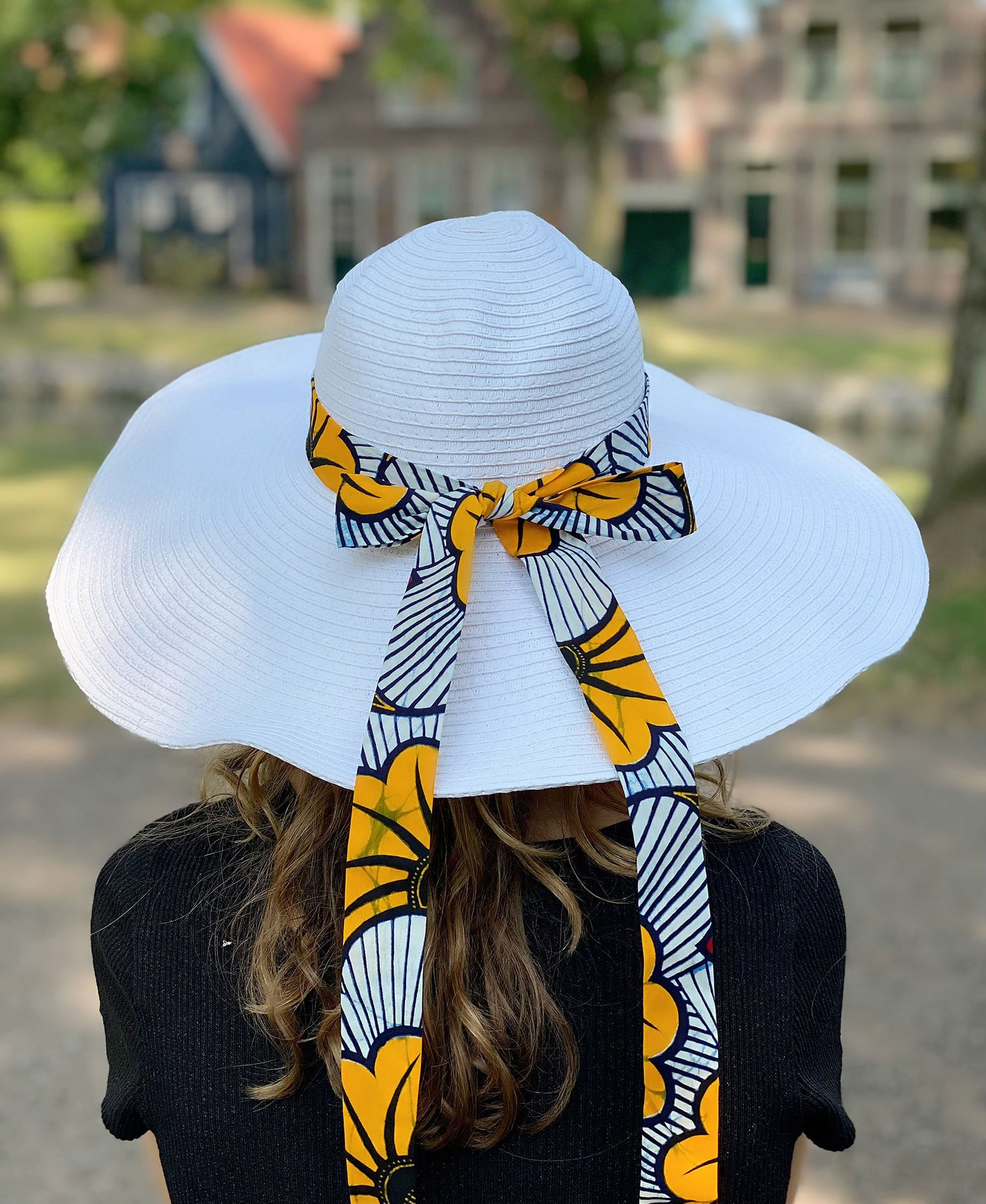 White summer hat with African print strap - Yellow red flowers