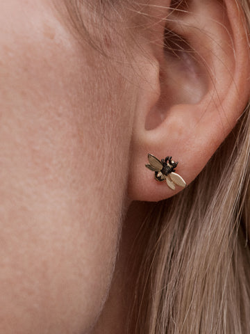 Danger Jewels The Bees øredobber i rent 18 karat gull med sort rhodium