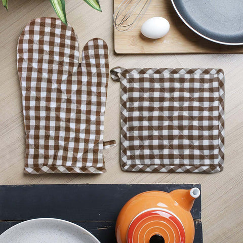 Lushomes Brown Small Checks heat resistant Oven Set, Pack of 2 (1 Pot holder, Size : 8‰۝x8‰۝ & 1 Oven Mitten, Size : 7‰۝x13‰۝)