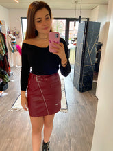 Afbeelding in Gallery-weergave laden, LEATHER RED SKIRT