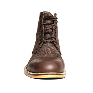 The Gentleman Boot is made of 100% genuine cowhide leather combined with linen for a classic look.   This model uses 100% fine brown calf leather on the toe and heel cup.   The bottom sole is made of rubber and thermo blended 1st class material.