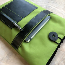 Laden Sie das Bild in den Galerie-Viewer, Segeltuch Notebooktasche mit ein Lederfach - Lime
