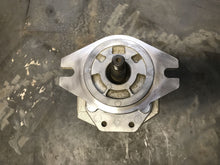 Load image into Gallery viewer, SHIMADZU 9t4831 127-014 R808 CATERPILLAR HYDRAULIC GEAR PUMP