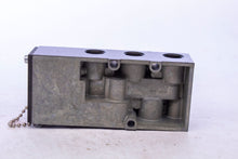 Load image into Gallery viewer, K022-113 Double Solenoid 4 WAY VALVE SUB BASE PARKER SCHRADER BELLOWS K022113