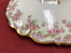 Scalloped edge of lid