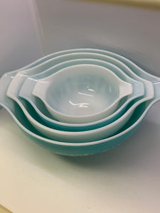 Serving Bowls. Pyrex.                      Set of 4 Nesting Bowls.