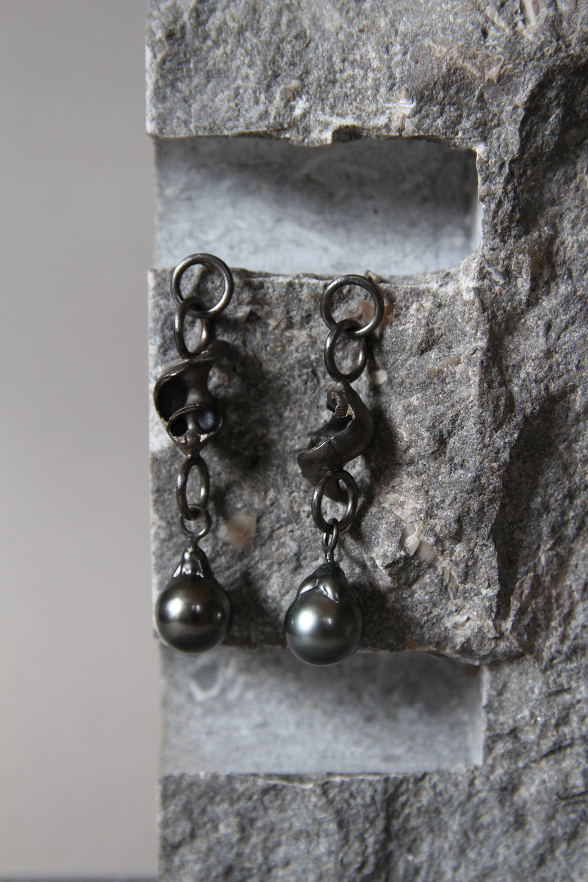 Long silver earrings with shells and blackheads with Tahiti beads