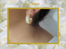 Stunning,Gold Circle stallato earrings with shimmering stones