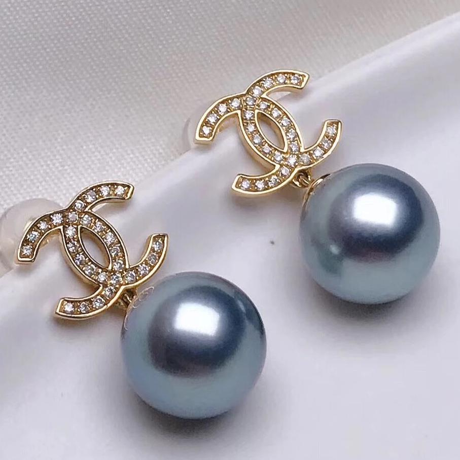 Double-C Collection AAA 9.0-10.0 mm Tahitian Grey Pearl Earrings mounted on 18K yellow Gold with Diamond - takaramonobr