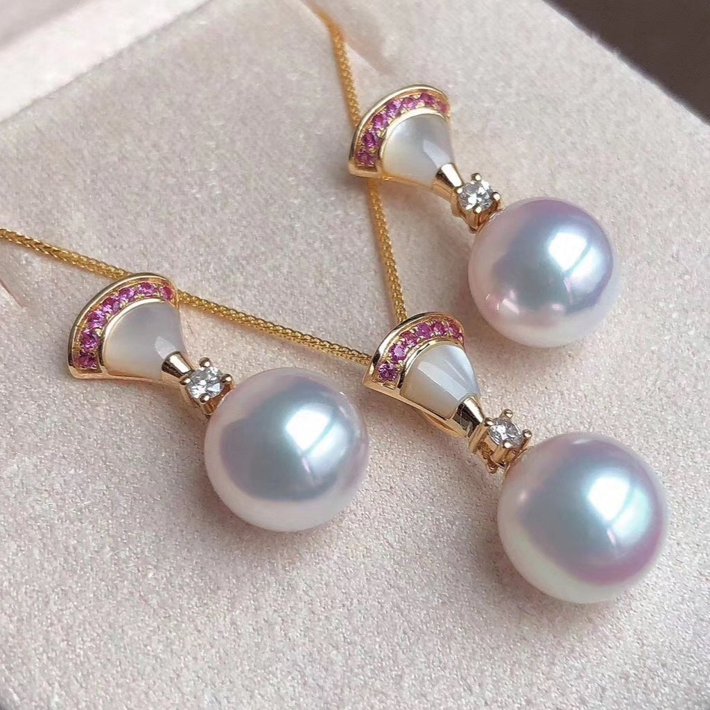 Fan Collection 8.5-9.0 mm White Akoya Pearl Stud Earrings Mounted on 18K Gold for Women - takaramonobr