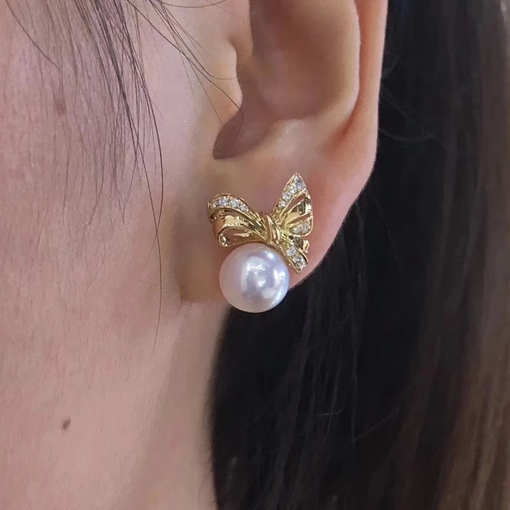 Bowknot Collection 8.5-9.0 mm White Japanese Akoya Pearl & Diamond Stud Earrings - takaramonobr