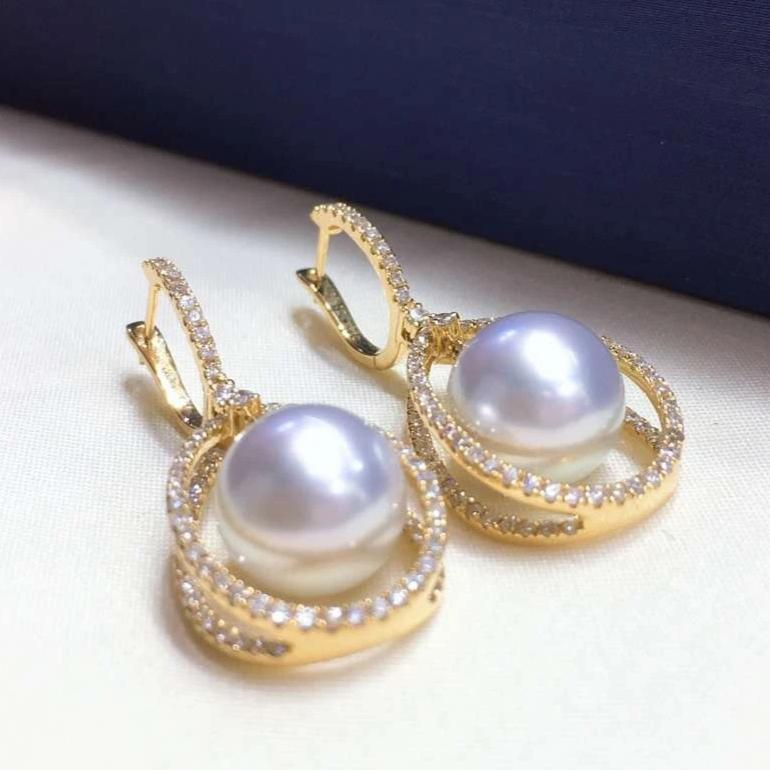 9.0-10.0 mm White South Sea Pearl & Diamond Dangle Earrings Mounted on 18K Gold for Woman - takaramonobr
