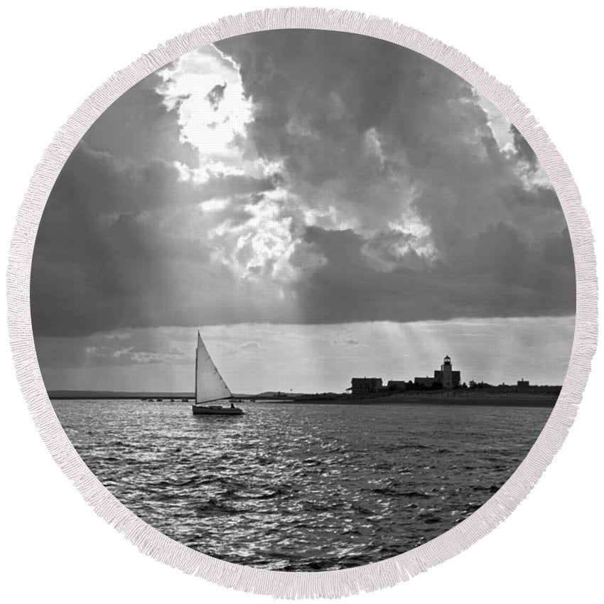 Catboat In Barnstable Harbor - Round Beach Towel