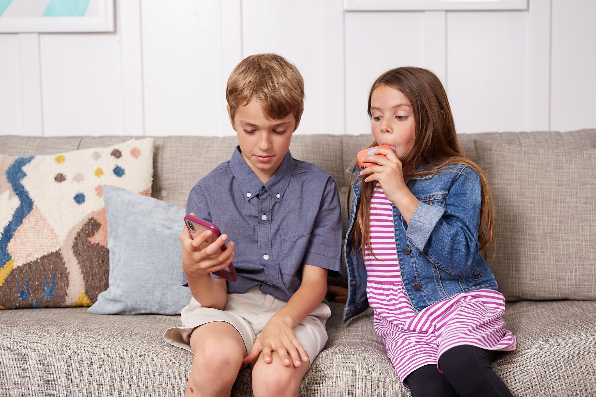siblings using an Aluna spirometer and playing a game