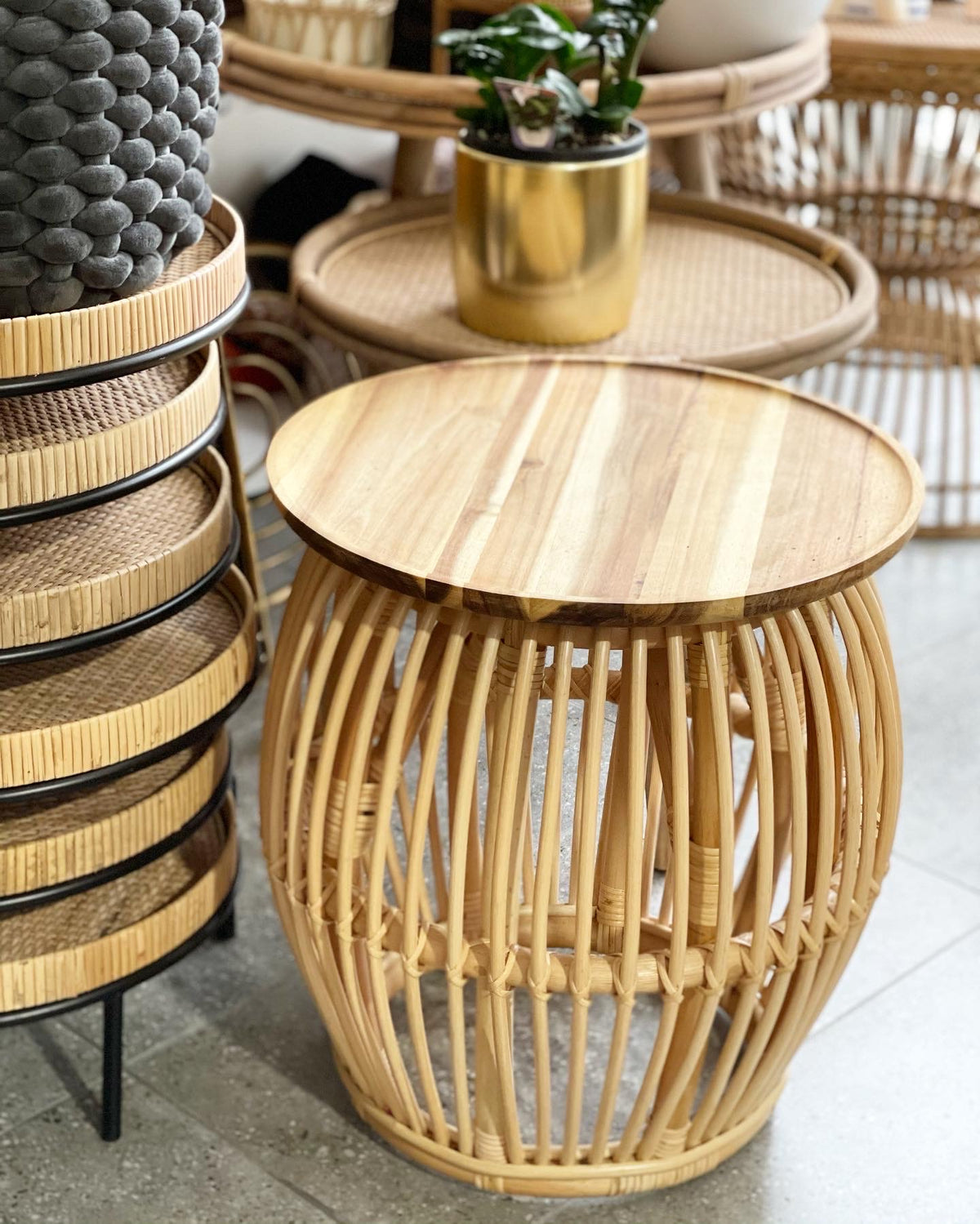 Rattan coffee table/plant stand (Pick Up)