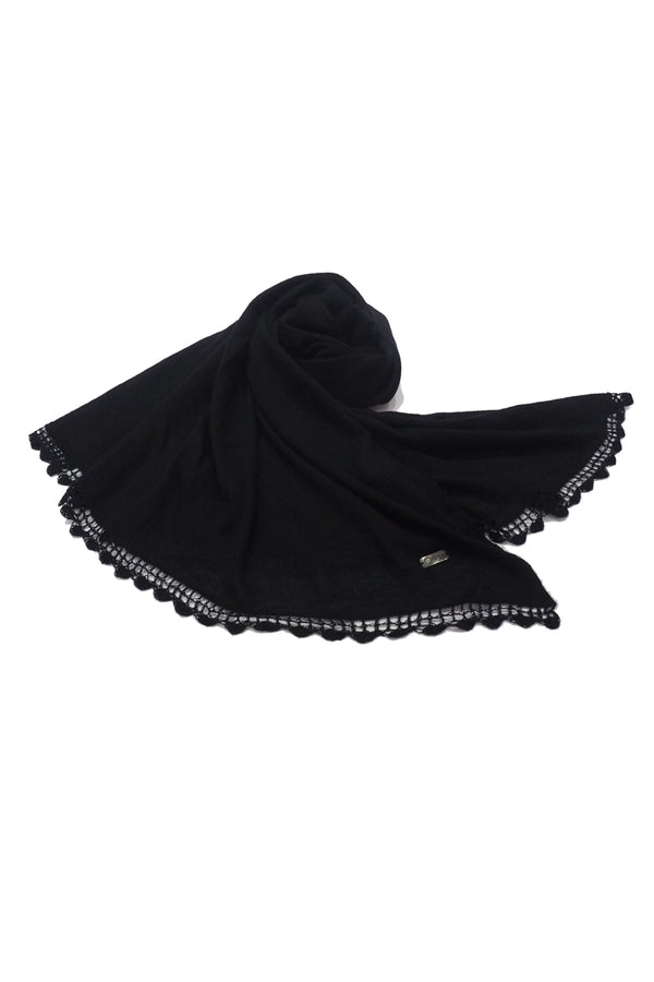 Qiviuk Finito woman's shawl in black by Qiviuk Boutique