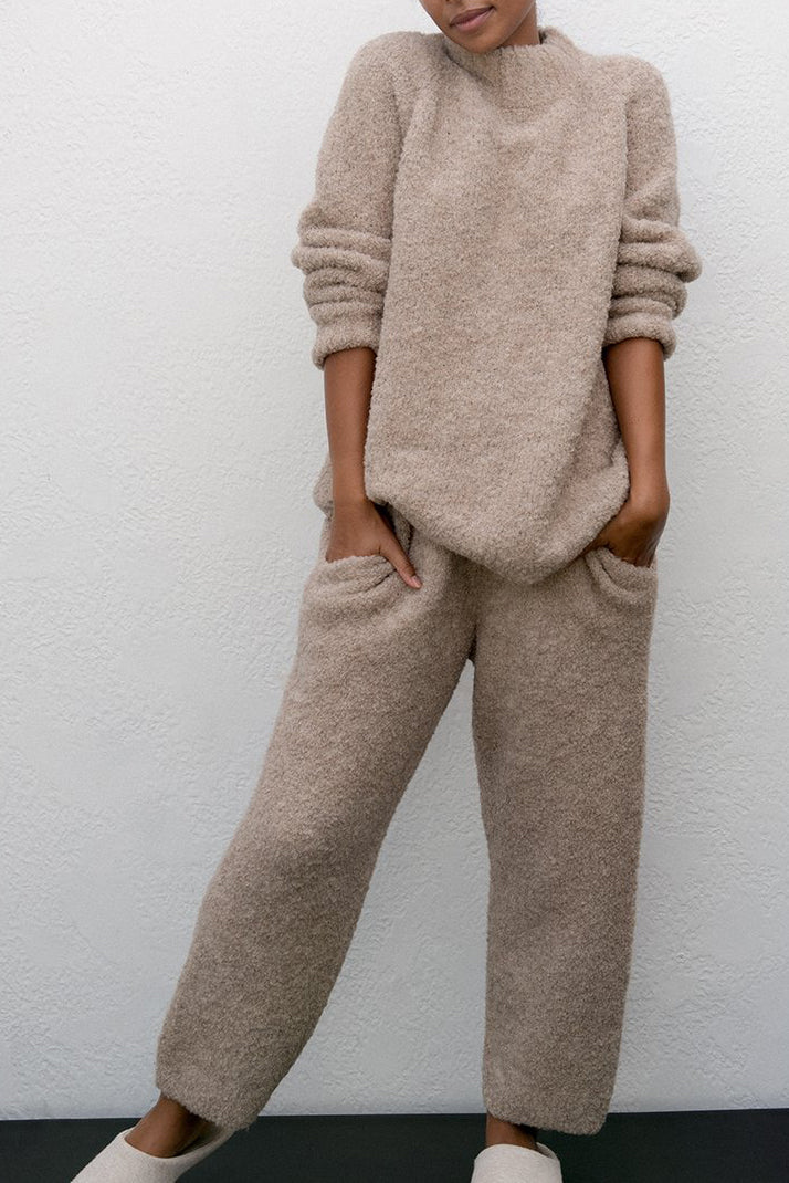 A super warm and cozy jogger pant in a bulky bouclé yarn. Side seam pockets, elastic waist and a high rise to wear higher or lower on your waist.