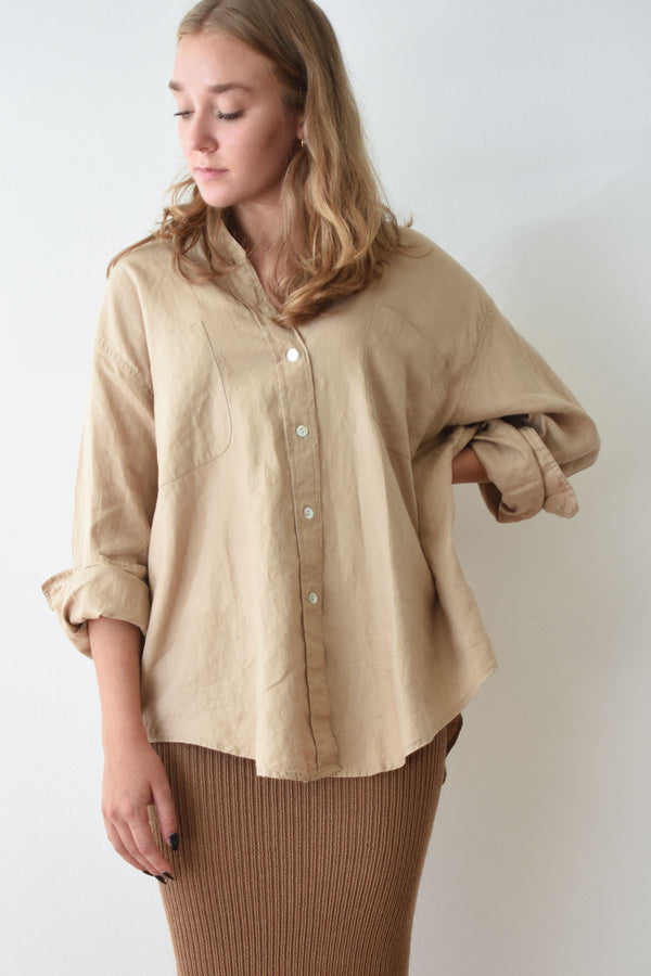 Oversized vintage button up shirt in camel colored linen with a classic collared neckline and relaxed sleeves. Featuring shell buttons and two patch pockets.