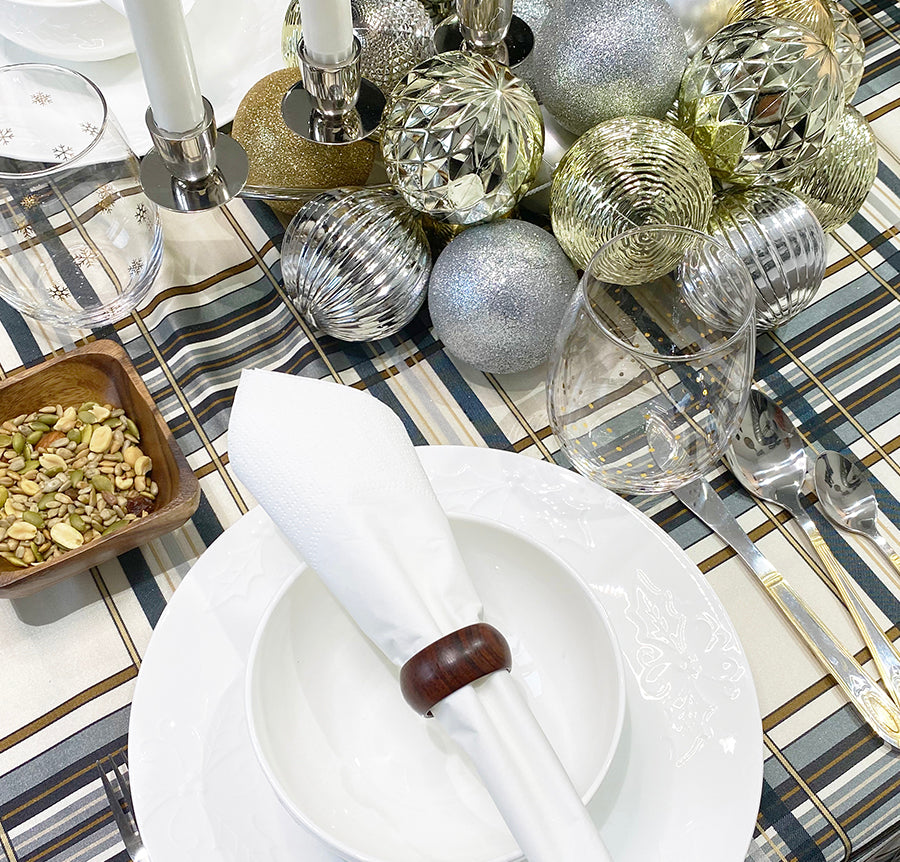 SET YOUR HOLIDAY TABLE WITH THIS DIY ORNAMENT CENTER PIECE