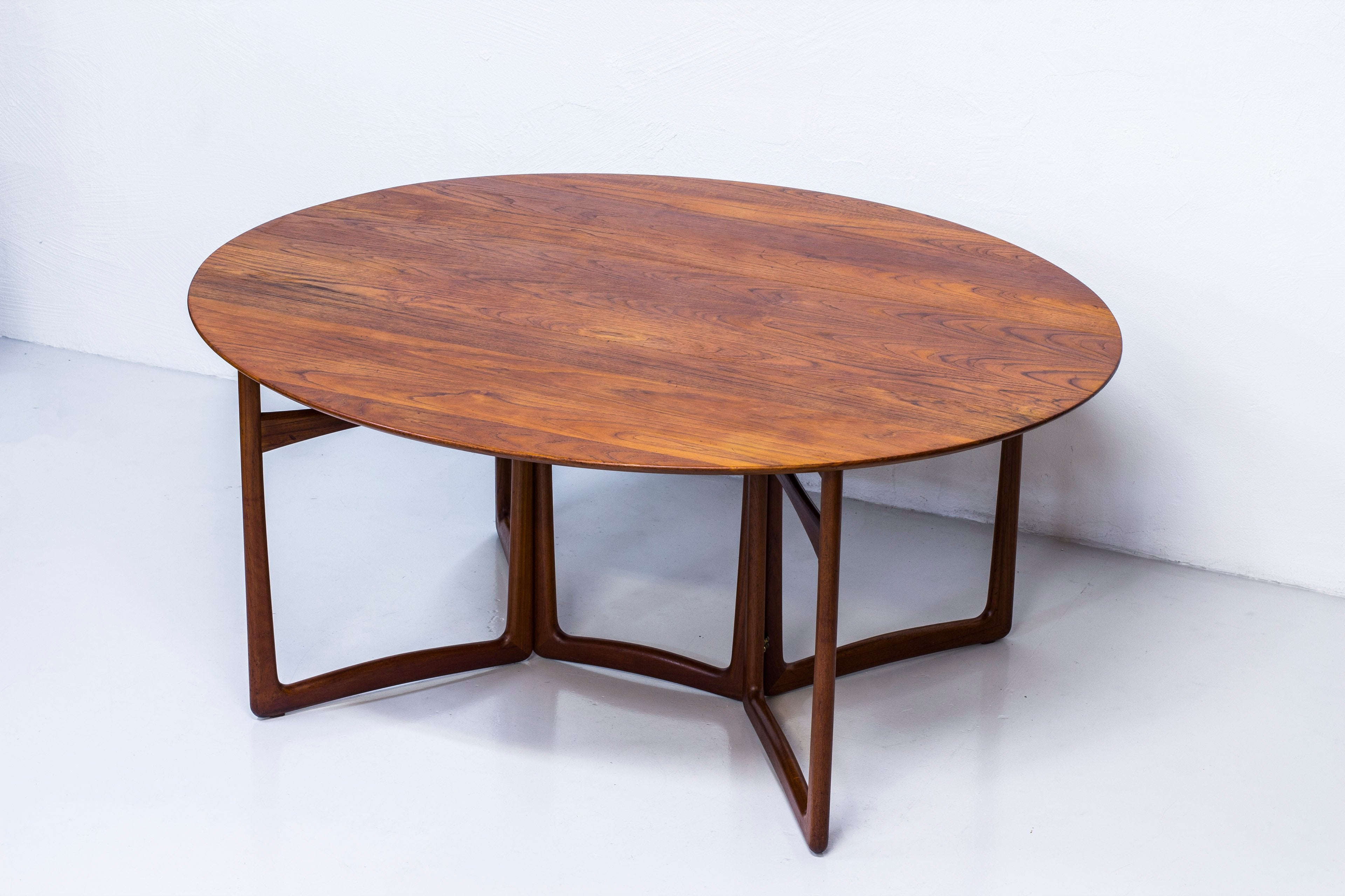 Drop leaf dining table by Hvidt & Mølgaard