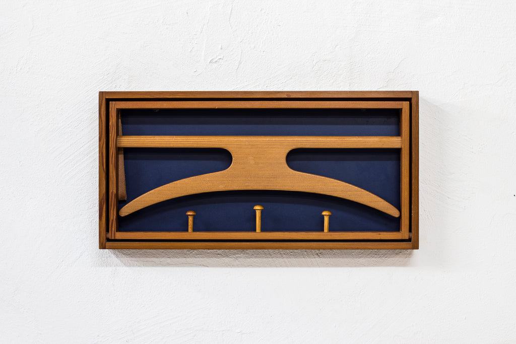 Wall mounted valet in pine by Hoff & Østergaard