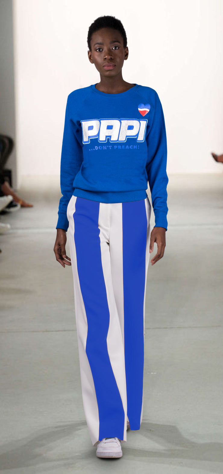 "Sweatshirt ""Papi"" - royal blue (model)"