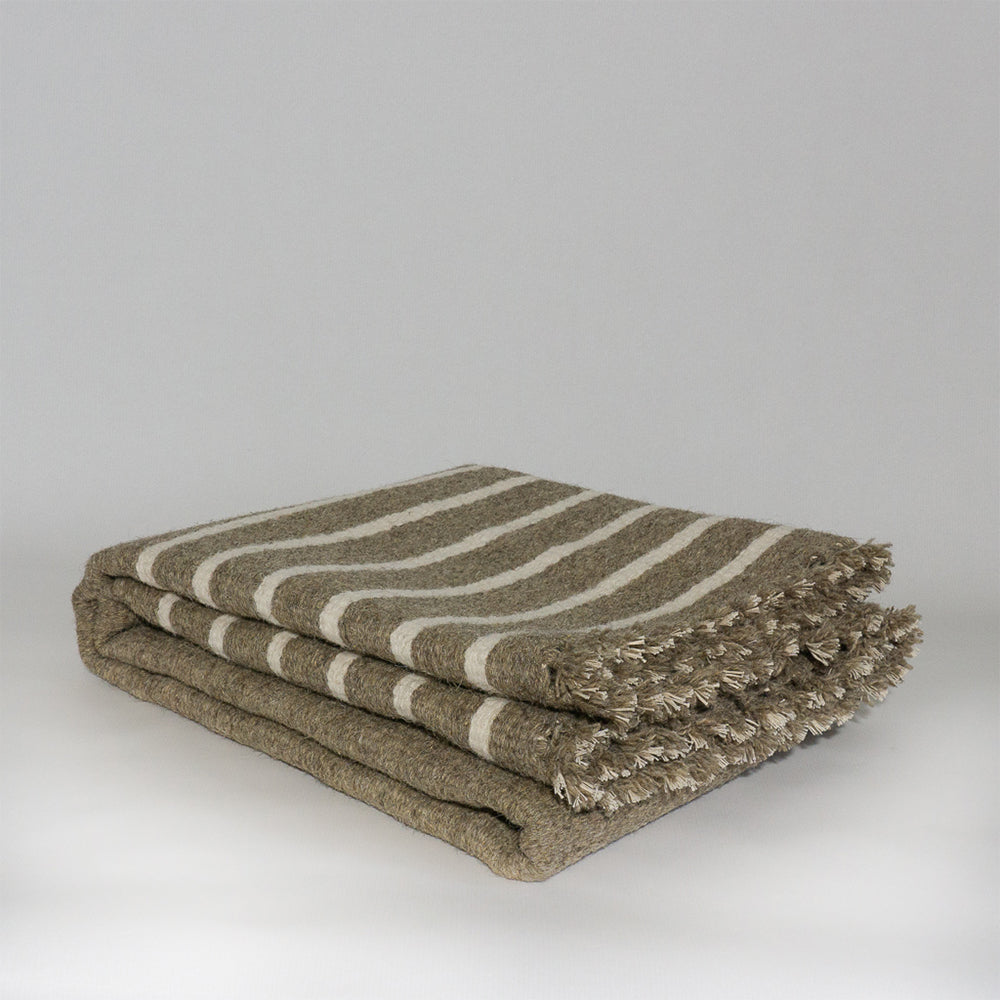 Tapis plié. Tapis à rayures crème et gris taupe, en coton et en laine de mouton. Tapis éthique et équitable tissé à la main par des artisans en Inde. Rectangle - rectangleboutique.com