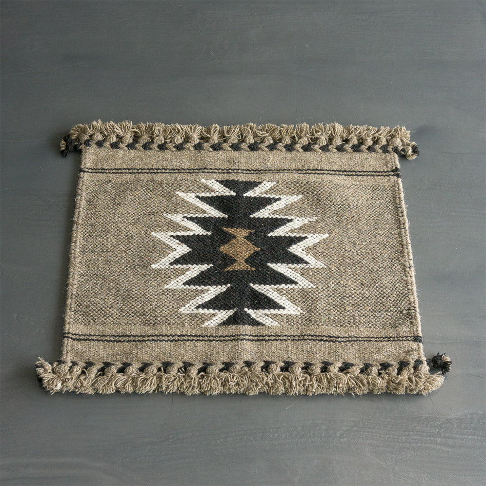 Tapis rectangulaire vu de haut. Tapis à motif, noir, gris taupe et brun en coton et en laine de mouton. Tapis éthique et équitable tissé à la main par des artisans en Inde. Rectangle - rectangleboutique.com