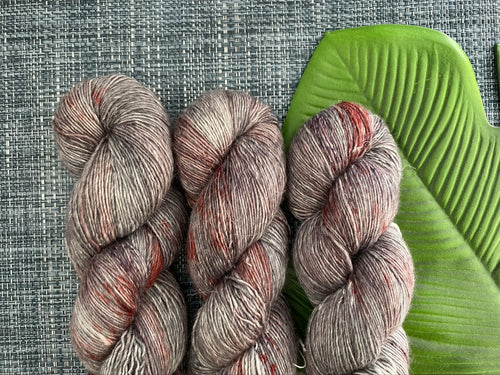 Merino linen singles - 'Vampire love' colourway