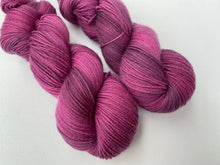 Load image into Gallery viewer, Delicious sock 'Pinot' colourway