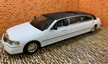 Load image into Gallery viewer, 2000 Lincoln Limousine 1/43 Die Cast by Sun Star