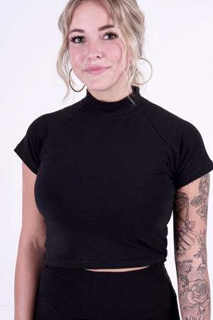 Eco-friendly crop top white black small medium large black made in canada montreal sustainable t-shirt ethical clothes sustainable clothing brand made in canada chandail écologique crop top écologique vêtement de tous les jours