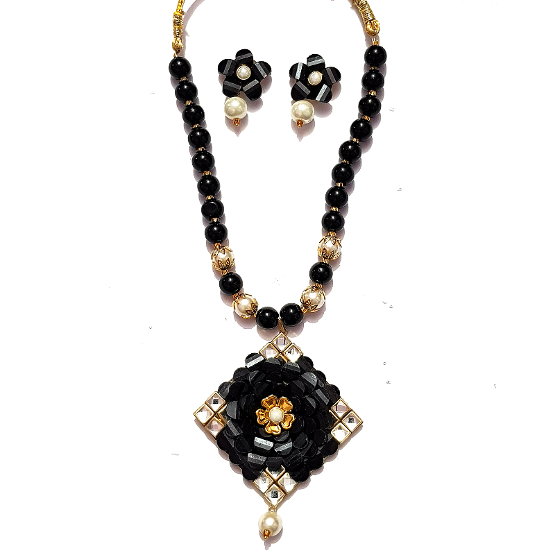 Kundan Look Necklace Set in Black & Golden