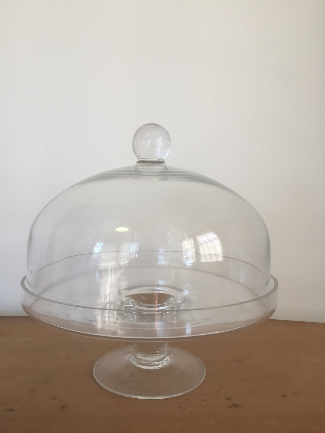Cake stand with glass lid