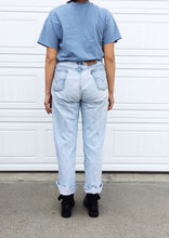 Load image into Gallery viewer, Levi's Oversized Boyfriend Jeans - 40x30