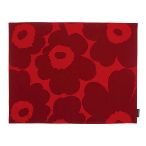 Pieni Unikko (poppy) Placemat with dark red flowers on a bright red background. Stain repellent acrylic finish on the reverse side of the fabric makes for easy cleaning.