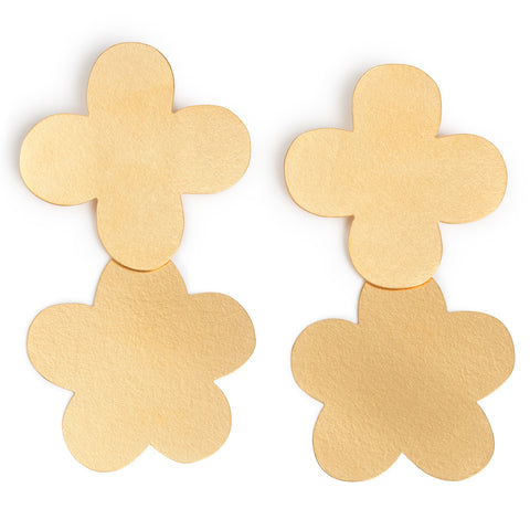 This pair of earrings is made of two attached golden flowers decorated with a weave texture surface.