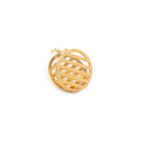 Small Mesh Earring is a round geometric design that creates a mesh shape by overlapping two borders. Wear it so that it sandwiches the earlobe.