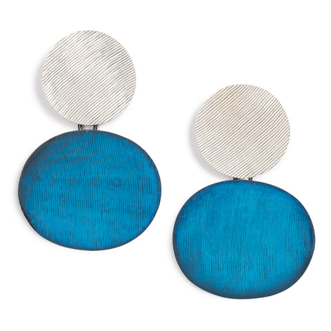 A silver disk with a ribbed polished texture linked with a bigger oxidized blue brass oval.