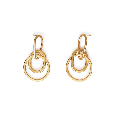 Two interlocking gold hoops hang from a gold oval hoop on a post back.
