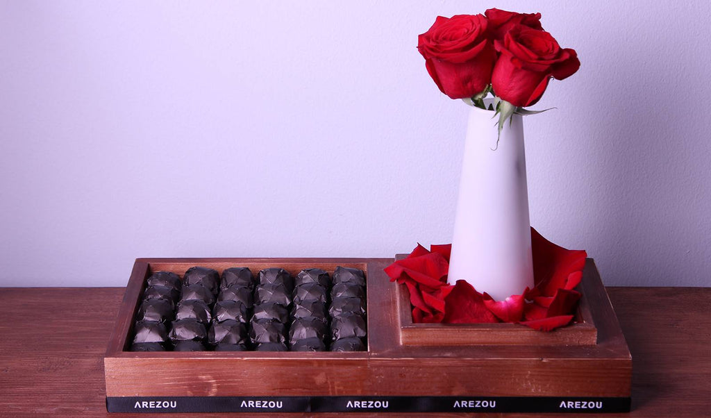 Gift Flowers with Chocolate - Wood tray with roses and mix 1\4 kilo chocolate box