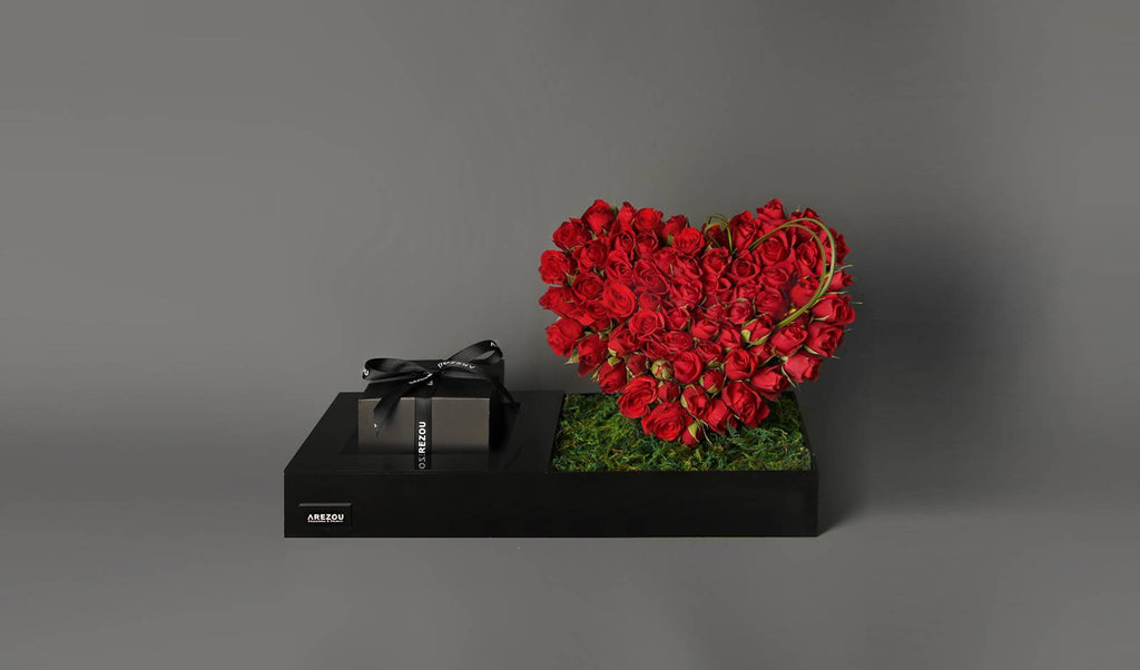 Valentines Flower Gift - An white acrylic tray that contain mini roses and mix 1\4 kilo chocolete box