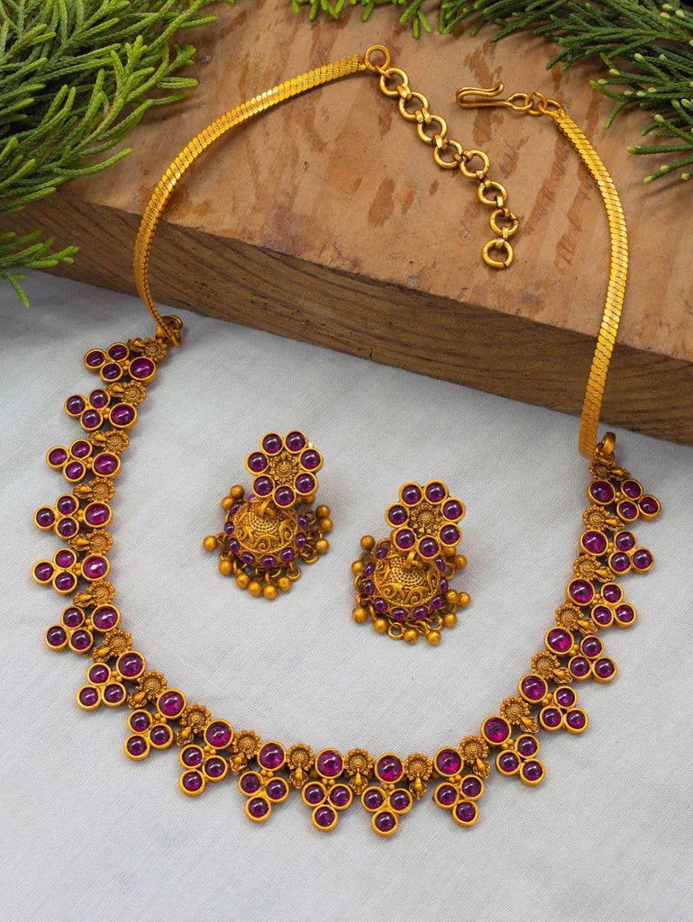 Avismaya Matt Gold Finish Pink Color Ruby Stones تصميم هندسي قلادة المختنق