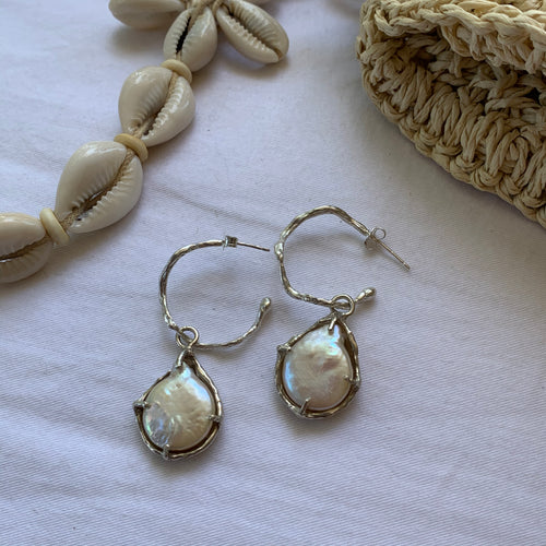 Wavy hoop earrings with pearl charms