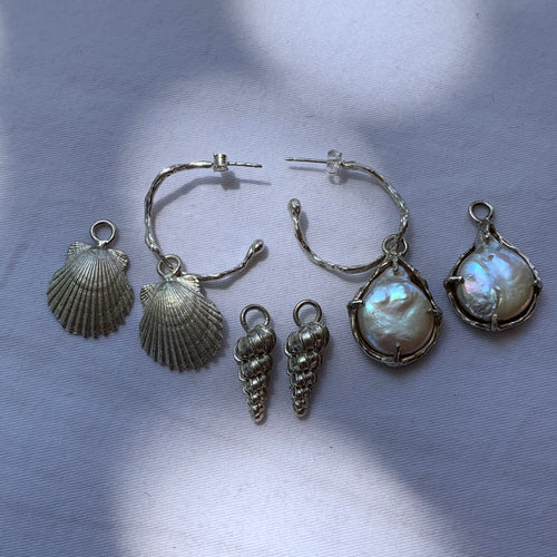 Wavy hoop earrings with two shell charms