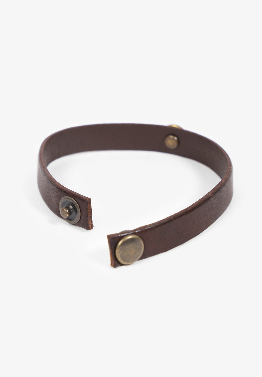 LEATHER BRACELET WITH BRASS DETAIL
