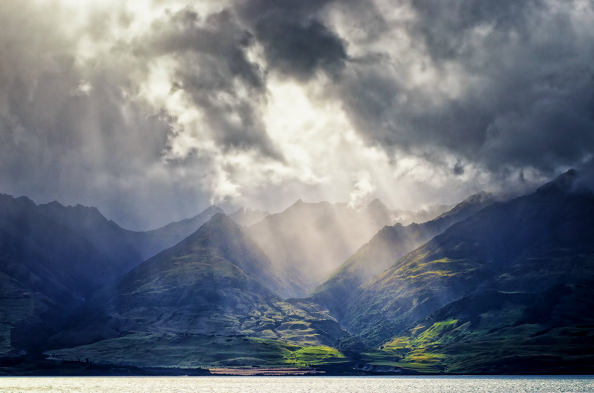 New Zealand photography. Lake Wakatipu. Photo by Simon Markhof