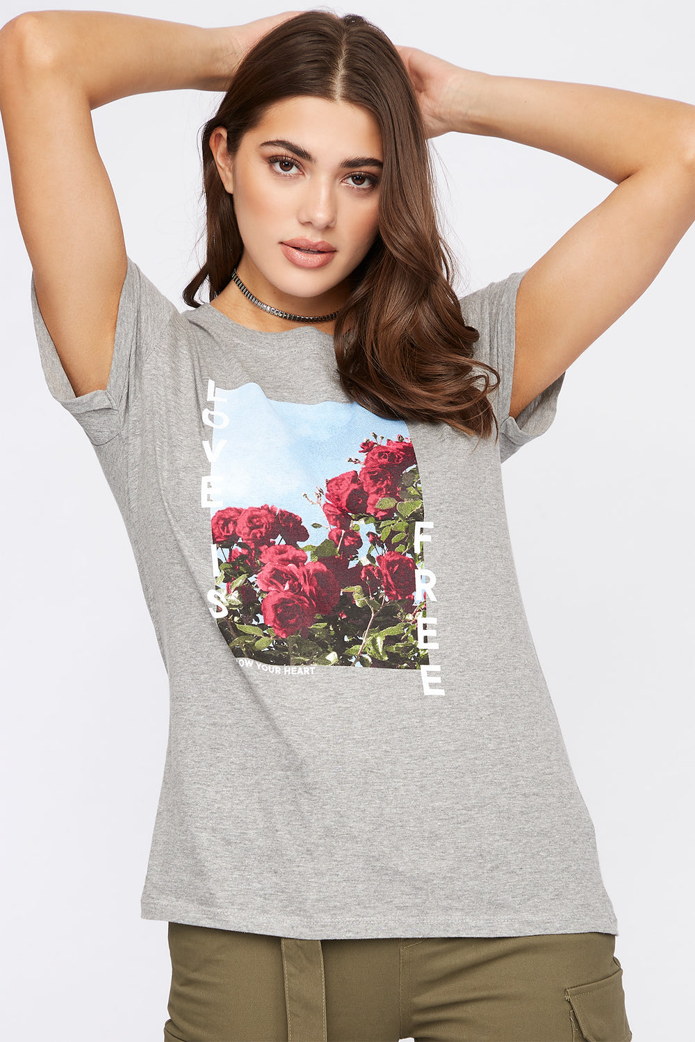 Camiseta Gráfica Floral Love Is Free Gris