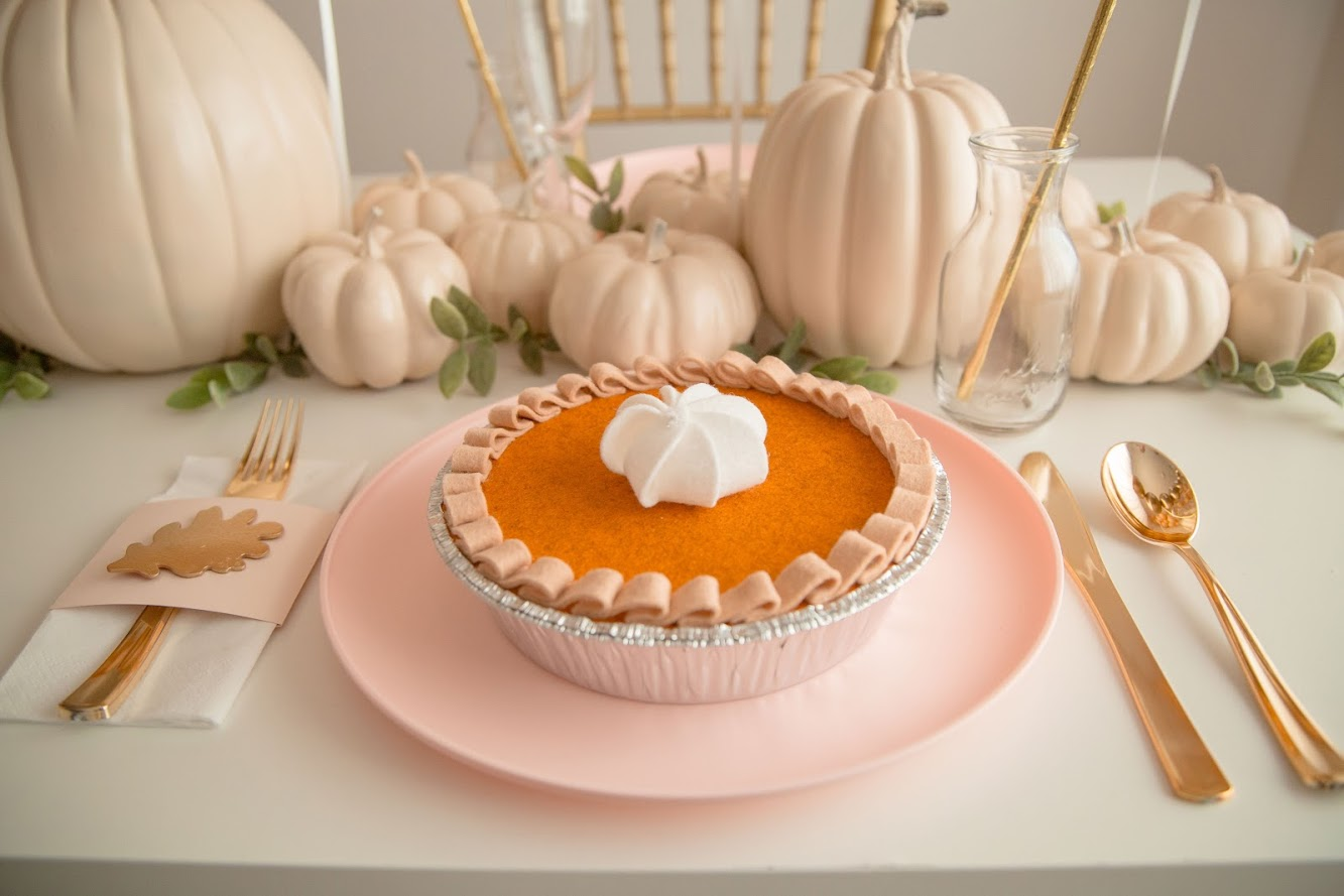 Pumpkin Pie Surprise. A Thanksgiving Dinner completely made out of felt. The Kids will love it!
